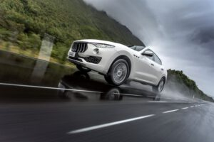 Yleisimmin liikenteessä häiritsevät muiden kuljettajien käytös ja kännykänkäyttö – hyvät renkaat voivat pelastaa yllättävissä tilanteissa
