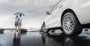 Seitsemän vinkkiä turvalliseen ajoon sateisilla syysteillä: näin toimit välttääksesi vesiliirron