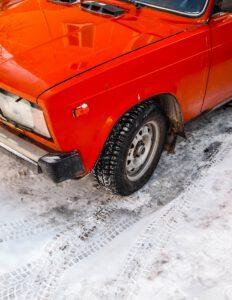 Suomalaiset arvostavat talvirenkaissa eniten turvallisuutta – lue vinkit sähköauton rengasvalintaan
